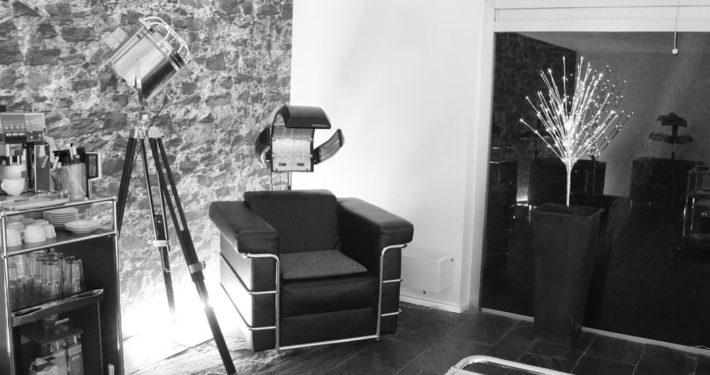 """Unser """"Einwirk-Bereich"""" zum Wohlfühlen. Genießen Sie den Ausblick auf die Römermauer und entfliehen Sie dem stressigen Alltag. Frisuren für Köln by Bert Nohl, Ihr Friseur in der Kölner-Innenstadt."""
